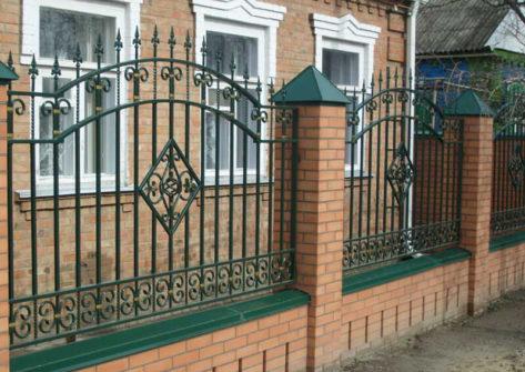 кирпичный забор с ковкой в Астрахани