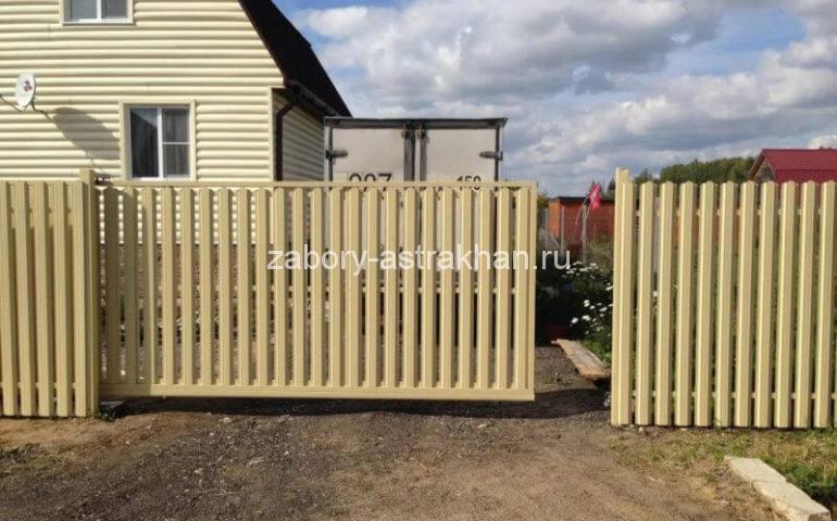 забор из евроштакетника с откатными воротами