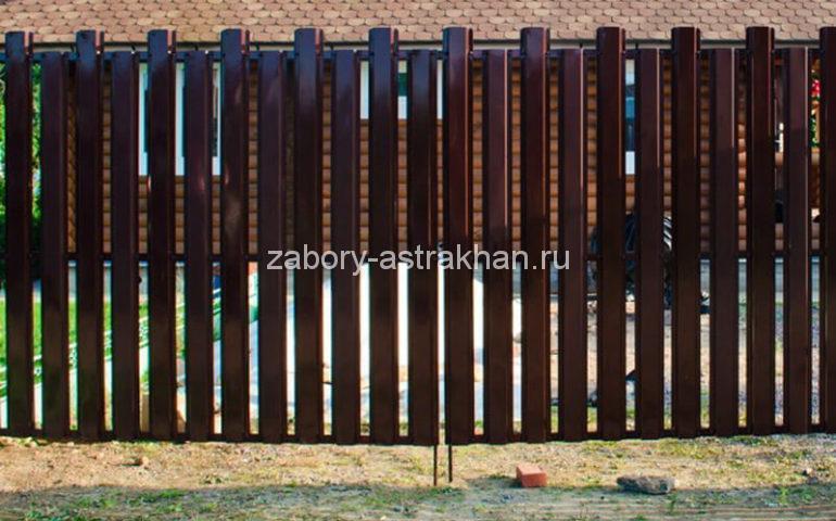 забор из евроштакетника с распашными воротами