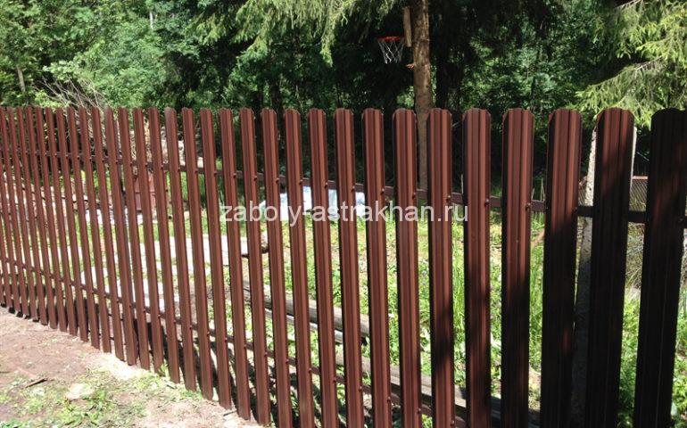 забор из евроштакетника металлического